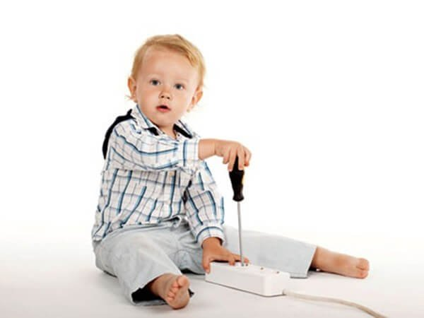 Trẻ em nghịch thiết bị điện ở nhà