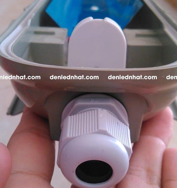 Đèn chống ẩm đơn Humitsu, công suất 18W và 24W sử dụng khóa bas với gioăng cao su chống nước