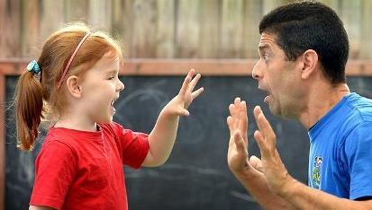 Từ chối với những lời cám dỗ từ người lạ, cách xử lý khi người lạ tiếp cận là một trong những kỹ năng quan trọng giúp trẻ tự bảo vệ bản thân
