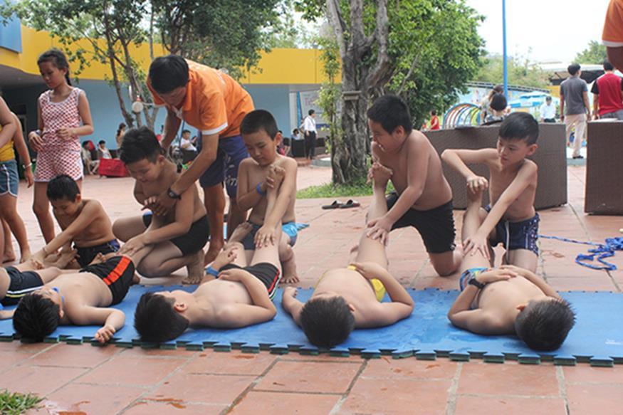 Trẻ học cách xử lý các tai nạn đuối nước có thể xảy ra khi đi bơi hoặc vui chơi tại vùng sông nước