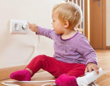 phòng tránh trẻ nghịch điện tại nhà