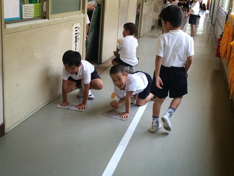 Trẻ em nhật bản đi chân đất
