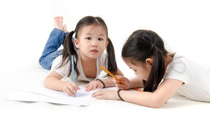 """Cách để trẻ tự giác ngồi học là """"vờ mặc kệ"""" trẻ"""