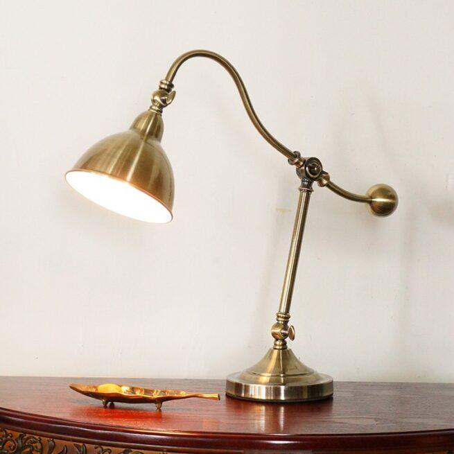 Bộ đèn bàn làm việc cổ điển châu âu có tên gọi là: Golux của hãng Humitsu Nhật Bản sản xuất.