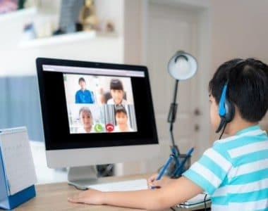 trang bị đèn học cho bé học online